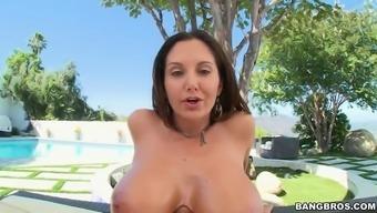patrauklumas addams anally rides the post as her major oiled tits bounces