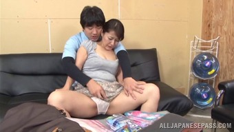 Beautiful Far eastern milf gets her pussy bald after that slammed intense