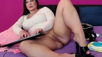 Warm Plus size Webcam Girl Applying Her Pussy