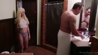 Tempting hottie Elsa Jean seduces her thing to do papa after having a shower