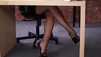 Wonderful Sophie Parker lets you some time to enjoy her boobies